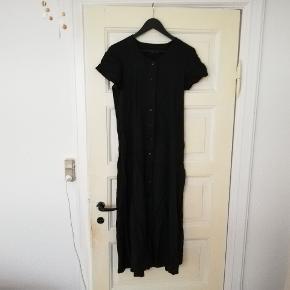 Vintage kjole i ribbet materiale med knapper hele vejen ned og bindebånd i ryggen. Passer ca en M