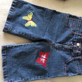 det første par shorts står der 7/8, men de er store i det. De andre 2 er købt i USA og er nok en str S