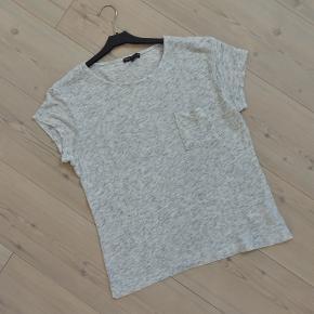 T-shirt, Moss Copenhagen, str. M, Grå, 100 % Bomuld, Næsten som ny  Pæn T-shirt fra Moss Copenhagen i dejlig blød og behagelig stof  Sender gerne hvis køber betaler fragt 37 kr