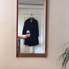 Teak spejl i flot stand. Mål 75x35,5cm