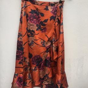 - Orange Neo noir nederdel - Ingen tegn på slid - Str. S - Nypris 500kr
