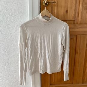 Råhvid tynd sweater med høj hals.  Se også gerne mine andre annoncer 😊