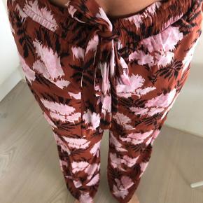 Lækre GANNI bukser, kan spændes ind i taljen  BYD gerne 🌸🌸