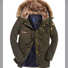 Fin parka-jakke passer en str 40-42. Foret og med fede detaljer og foret lommer. Lukkes med lynlås og knapper. Pelskant ved hætte kan tages af.  Prisen er fast.