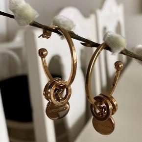 SIROLI hoops med vedhæng. Brugt nogle gange, men har ellers bare ligget i smykkeskrinet et stykke tid. Hoops diameter: 3 cm Leveres i D/K tylspose