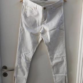 Varetype: Bukser Farve: Hvid Prisen angivet er inklusiv forsendelse.