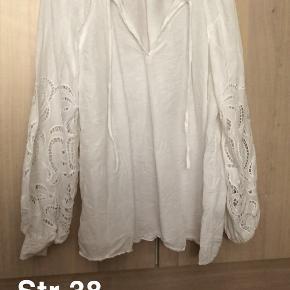 Fin bluse fra h&m trend med broderi og ballon ærmer. Brugt et par gange. Nypris 299.- sælges for 65.- plus fragt og eventuelle gebyr.