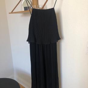 Super fin kjole fra H&M, aldrig brugt og stadig med mærket i. Nypris 500kr, fås ikke i butikkerne 🌞  Bytter ikke og køber betaler forsendelse