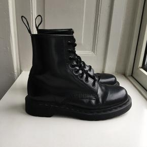 Shiny leather all black Dr.Martens boots