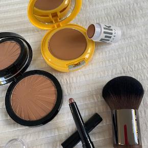 """Beskrivelse Diverse makeup, alt er ubrugt:  - Sephora bronzer, 35 kr. - Bobbi Brown Long Wear Cream Shadow Stick i farven """"Dusty Mauve"""", 55 kr. - Makeup For Ever face brush, 60 kr.  - MILK bronzer SOLGT! - Clinique bronzer SOLGT!"""