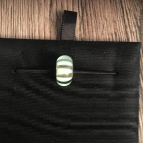 Trolde glaskugle, limegrøn/hvid. Der kan forekomme små hakker og ridser i, den er brugt få gange. se foto