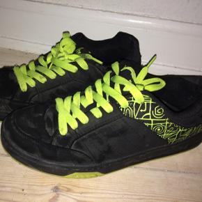 Pæne sorte sneakers med grønt mønster. Lidt brugte, men stadig rigtig gode at gå i.