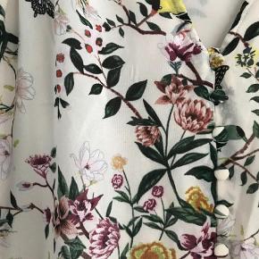 Varetype: Maxi Farve: Multi  Skøn maxi kjole. Aldrig brugt  mp 275pp  Bytter ikke  Handel via ts betaler køber de 5% i gebyr