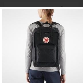 Kun brugt et enkelt skoleår.  Laptop version af Fjällrävens bedst sælgende Kånken rygsæk. En polstret afdeling beskytter din 13-, 15- eller 17 tommer laptop. Rygsækken har en sikkerhedsrefleks i logoet. Skulderremmene er polstrede. Denne Kånken laptop har stort hovedrum med en sidelomme til f.eks. sodavand og en lomme med lynlås fortil. Hele rygsækken er lavet af bestandig Vinylon F.  Dimensioner: H: 42 cm / B: 30 cm / D: 18 cm  Volumen: ca. 20 ltr.  Vægt: 500 g  Nypris 1000kr