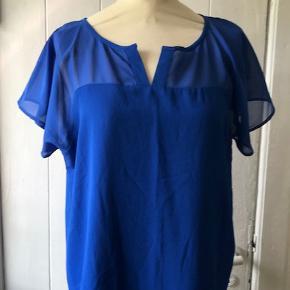 Lækker ny bluse i en skøn blå farve