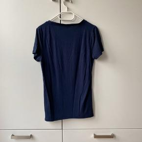 Mørkeblå t-shirt fra Minimum i det blødeste stof. Størrelse S, brugt få gange