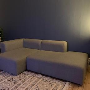 HAY Mags modulsofa. Chaiselong i venstre side. I god stand, dog har den en anelse slid i højre side af sofaen (se billede) samt en smule misfarvning på ryglæn, burde dog kunne tages med en rens. Stået i ikke-ryger hjem. Vejledende udsalgspris: 16.798,00 kroner  Mål: L: 236 cm H: 67 cm D: 127,5 cm Sædehøjde: 40 cm