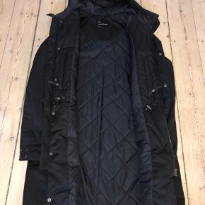 Nypris 3000,- parka frakke som er i rigtig fin stand bortset fra et lille hul på den nederste den af frakken.