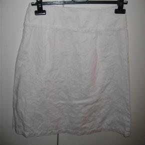 Varetype: nederdel Farve: Hvid Oprindelig købspris: 699 kr.  Hvid nederdel i a form. Den skråner lidt udad. Den har lynlås i siden og er lagt op med hulsøm.100% linen. Længde 59 cm.