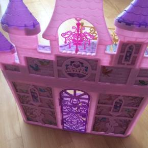 Lyserødt dukkehus, plastic, mål:65x50x20, mangler en krummelure på det ene tårn