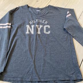 Blød t shirts ( 2 små bitte huller 1 på maven og 1 på ærmet,) ka sys derfor billig pris.