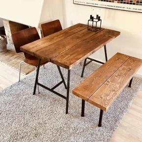 Sælger det her helt nye plankebord købt for 2mdr siden. Står som fuldstændig nyt. Benene er ikke engang skruet fast endnu - og følger selvfølgelig med. Stolene kan købes med billigt, hvis det har interesse (x2). Sælges grundet pludselig flytning. Nypris 1800kr.