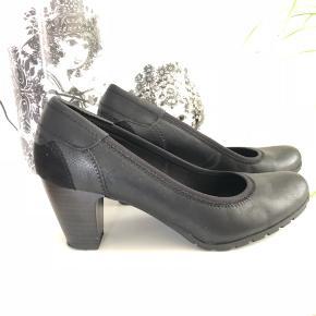 Rigtig behagelig sko. Desværre er de for høje til mig så kun brugt få gange.