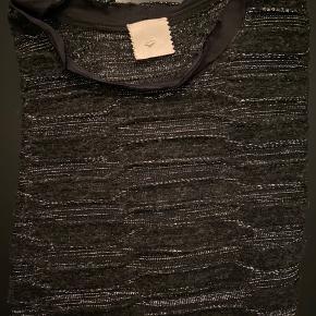 Super fin bluse med sølv tråde i.   Jeg har selv købt den her over Trendsales for et års tid siden, men har desværre ikke fået brugt den. Den fejler ingenting.   Heartmade størrelser er generelt lidt store (er min erfaring). Jeg er selv str M og passer den fint.   Er åben overfor bud.