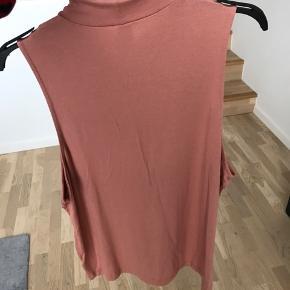H&M top med høj hals. Brystmål: 110cm