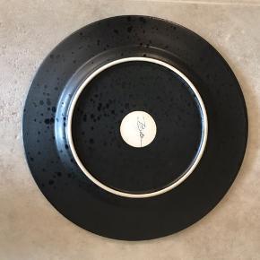 4 sorte middagstallerkener fra Bitz (27 cm)  Nypris 99 pr stk Sælges for halv pris :)  I god stand uden ridser el.lign.