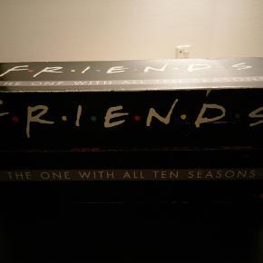 Friends/Venner dvd-boks. Dvd-boks med alle 10 sæsoner af tv-serien Friends  / Venner med danske undertekster. Papkassen har lidt skrammer, men dvd'erne fejler intet.