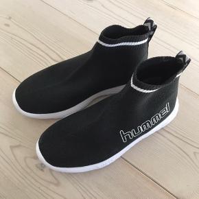 Der sidder ikke mærke på skoene, men de er aldrig brugt, da vores dreng ikke kunne passe dem. Duer også til piger.