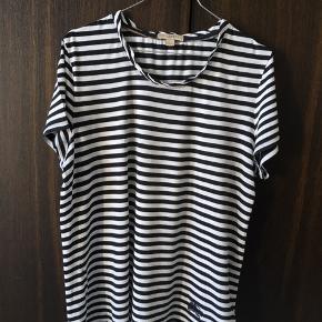 Løs sommer t-Shirt brugt i en periode. Ingen synlige brugsspor.