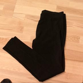 Leggings fra Vero Moda - aldrig brugt. Der tages ikke billeder med bukserne på 😊. Jeg bytter ikke.  God mængderabat gives - så tjek mine andre annoncer 🌸