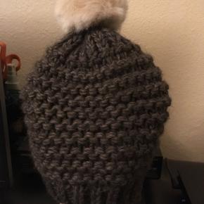 Dejlig varm hue fra magasin.60% arcylic 15% wool