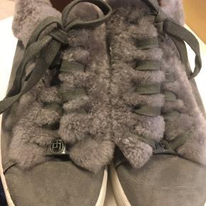 Lækker grå sneakers med plys. Kun brugt få gange. Kan sendes mod betaling. Til salg flere steder.