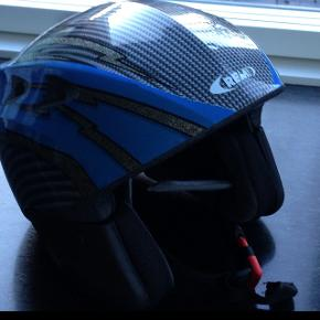 Børneskihjelm, Super god ski hjelm fra Rem. Str.56. Sidder godt. Passer til barn på 9-11 år. Den er kun brugt 1 gang. Som ny. Købt i Italien til 650.-
