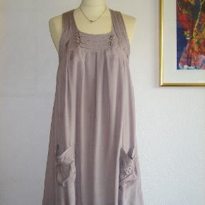 Lækker, lækker kjole fra Pulz. Kjolen har mange flotte detaljer, og den er med foer. Farven er: Mørk sand / mørk Creme. Materialet er 55 % viscose + 45 % rayon.  Den er brugt en enkelt gang, så den er SOM NY.  Brystvidde: 46 cm x 2 Længde: 94 cm.  Ingen byt, og prisen er fast