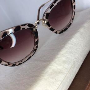 Miu Miu solbriller i 'sart' leopart mønster. Brillerne virker store, men kan spændes ind hos en optiker.   Kontakt: +45 28 89 34 30