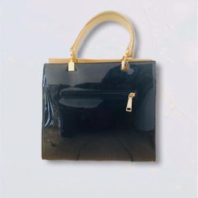 SIENNA taske 🥰🌸  28,5 cm længde 25 cm højde  15,5 cm brede  Byd 😀  SIENNA skuldertaske Lak taske  Sort Lyserød sløjfe