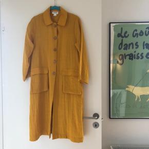 Smuk gul frakke fra monki. Den er uden for. Brugt få gange og fremstår i rigtig fin stand. Str. Xs. Bytter ikke.    #30dayssellout