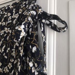 Fin blomstret wrap nederdel