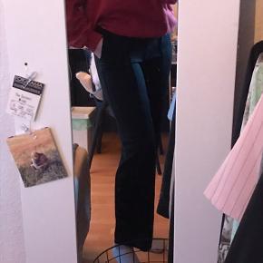 Vildt lækre og bløde bukser fra pieces med syning ned i midten og straight fit. Har dem i sort!  Fejler intet. Sælges bare da de er lidt for korte til min smag. Byd