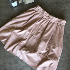 Passer str XS-S og der med elastik i livet! Lækker blødt skind i en sød lyserød farve, kan styles til både sommer og efterår☀️🍂  Sælges grundet pladsmangel Kan afhentes i Helsingør eller på Nørreport St