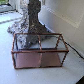 Opbevaring, æske i metal og glas. Bronze effekt. Måler 16 x 9 x 8 cm (længde x bredde x højde). Nypris 68 kr.