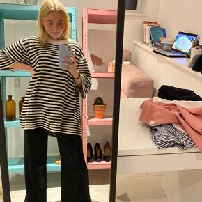 Oversized sort og hvid stribet sweater fra Monki Str S