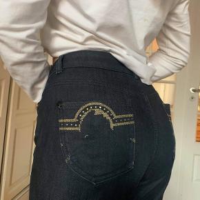 Fede bukser med flotte detaljer på Numsen