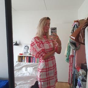 Sælger min smukke kjole fra Ganni, fordi jeg ikke får den brugt. Den er i modellen Seersucker og kan stadig købes i butikkerne til 1400kr. Har absolut ingen brugstegn og er så god som ny.
