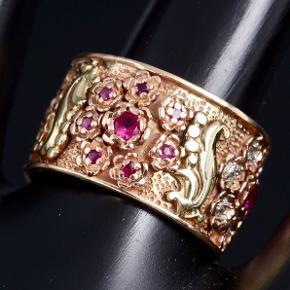 Helt igennem en eventyrlig og Fantastisk vintage ring i 14 karat guld . Ringen er bl.a sat med rosetter og i dem Sidder det utallige smukke røde rubiner Samt 14 funklende diamanter , desværre  En bortkommet . Bredde : 1,2 cm Ring str : 52 = 16,5  Handler ved fremmøde mobilepay eller bank