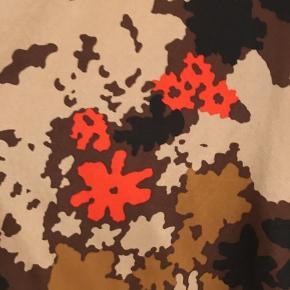 Smuk smuk bluse fra Heartmade i silke i flotteste print.   Den har kun været på et par gange og fremstår som ny.   Kan afhentes i Gug/Aalborg eller sendes på købers regning med DAO.